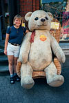 Shelby in St. Goar with gigantic Steiff bear.